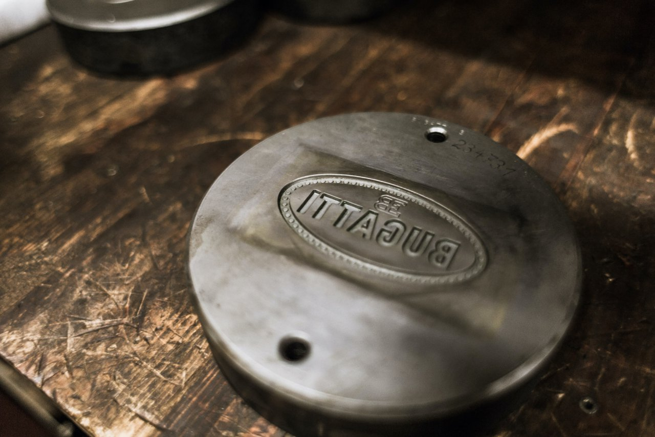 The Bugatti Macaron badge.
