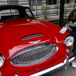 _DSC1873-Ash inspects a Austin Healey 3000 Mkii